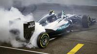 Nico Rosberg slaví mistorvský titul po závodě v Abú Zabí