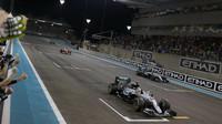 Lewis Hamilton a Nico Rosberg v cíli závodu v Abú Zabí