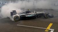 Nico Rosberg se raduje z titulu mistra světa po závodě v Abú Zabí