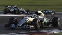 Lewis Hamilton a Nico Rosberg v závodě v Abú Zabí