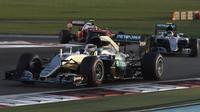 Lewis Hamilton, Nico Rosberg a Kimi Räikkönen v závodě v Abú Zabí
