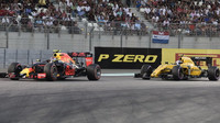 Max Verstappen a Jolyon Palmer v závodě v Abú Zabí