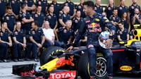 Daniel Ricciardo při týmovém fotografování v Abú Zabí