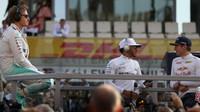 Nico Rosberg, Lewis Hamilton a Max Verstappen před závodem v Abú Zabí