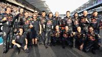 Mechanici týmu Red Bull před závodem v Abú Zabí