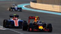 Max Verstappen a Esteban Ocon v závodě v Abú Zabí