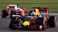 Daniel Ricciardo a Sebastian Vettel v závodě v Abú Zabí