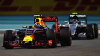 Max Verstappen a Nico Rosberg v závodě v Abú Zabí