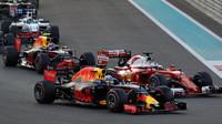 Daniel Ricciardo, Sebastian Vettel a Max Verstappen při startu závodu v Abú Zabí