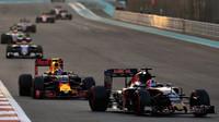 Daniil Kvjat a Max Verstappen v závodě v Abú Zabí