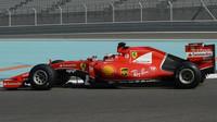 Ferrari při testování pneumatik v Abú Zabí