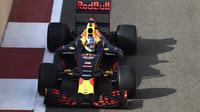 Red Bull v posledním letošním testu pnematik Pirelli pro rok 2017 v Abú Zabí
