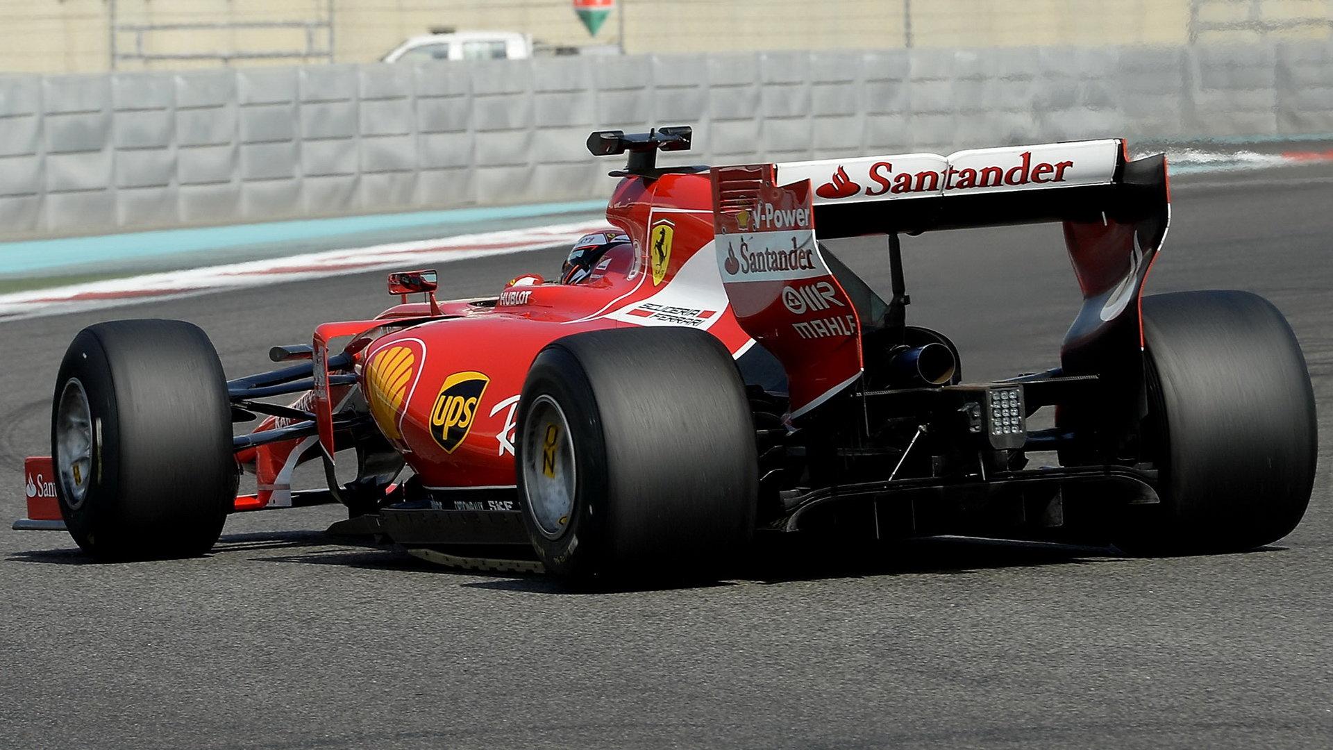 Kimi Räikkönen s loňským hybridem Ferrari - s vozem upraveným pro testování širších pneumatik