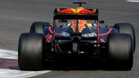 Red Bull RB11 na širších pneumatikách