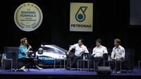 Nico Rosberg a Toto Wolff při oslavách titulu s Petronasem v Malajsii