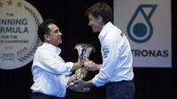 Toto Wolff při oslavách titulu s Petronasem v Malajsii