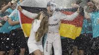 Nico Rosberg slaví mistrovský titul - a odchází