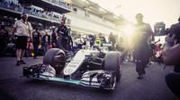 Nico Rosberg najíždí na startovní rošt svého posledního závodu