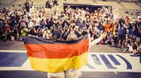 Nico Rosberg se svou ženou pózuje fotografům v Abú Zabí