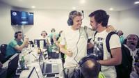 Nico Rosberg přijímá gratulaci od Fernanda Alonsa