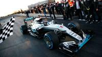 FOTO: Hamilton a Rosberg s Mercedesem slaví v továrně v Sindelfingenu