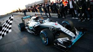 FOTO: Hamilton a Rosberg s Mercedesem slaví v továrně v Sindelfingenu - anotační obrázek