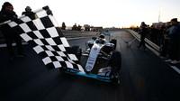 Ecclestone zná jediný způsob, jak ukončit nadvládu Mercedesu. Chce ho prosadit co nejdřív - anotační foto