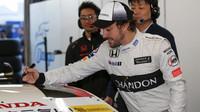 Fernando Alonso se podepisuje