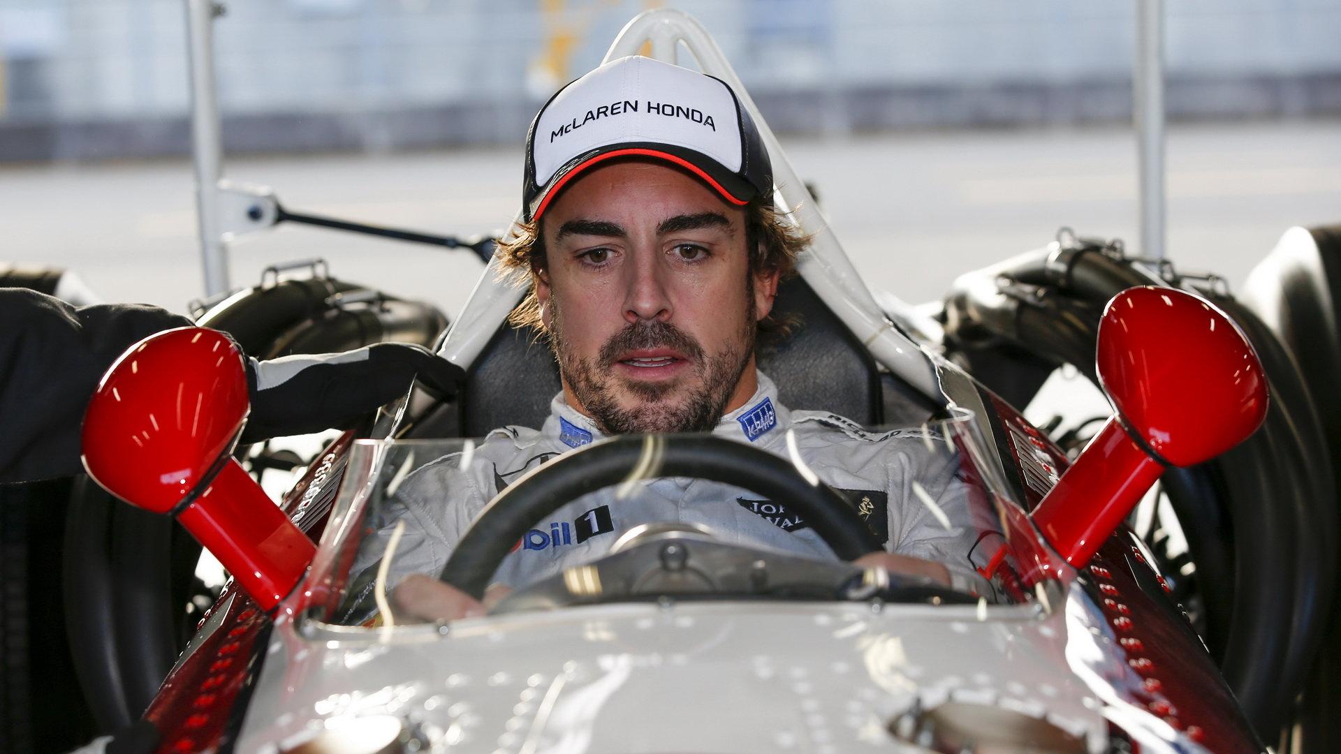 Podle De la Rosy Alonso možná přejde k Mercedesu, u McLarenu se toho nebojí - anotační foto