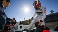 Stoffel Vandoorne nastupuje do vozu McLaren MP4/6