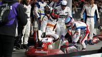 Fernando Alonso sleduje počínání svých soupeřů v motokárovém závodě