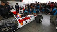 Piloti McLarenu se chystají na demonstrační jízdu s historickými monoposty