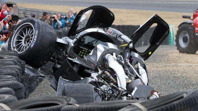 Trosky vozu Audi R18 v Le Mans 2011 - Allan McNish vystoupil nezraněn