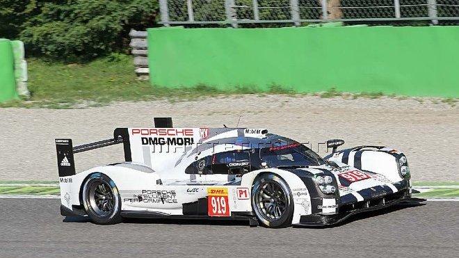 Prototyp Porsche 919 Hybrid při testování na okruhu v Monze