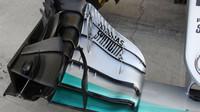 Pravá část předního křídla Mercedesu s kamerkou snímající teplotu pneumatik (úplně vlevo)