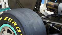 Koncovky výfuku a bočnice zadního křídla Mercedesu F1 W07 Hybrid