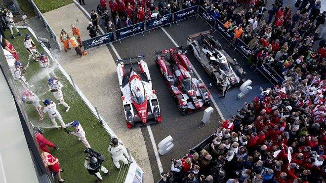 Stupně vítězů v Silverstone těsně po závodě