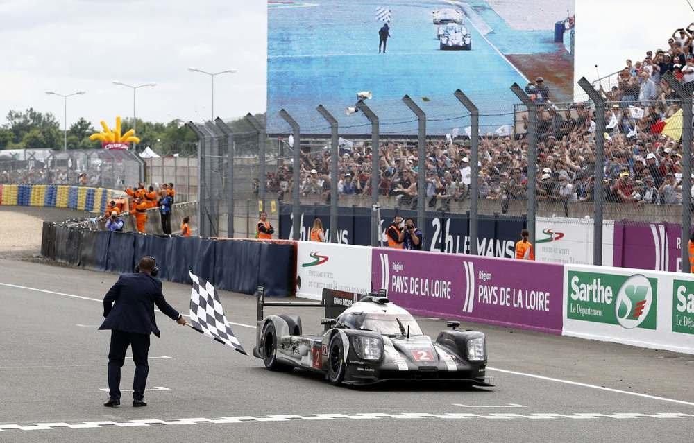 Porsche 919 Hybrid posádky Marc Lieb, Neel Jani, Romain Dumas projíždí vítězně cílem závodu 24 hodin Le Mans v roce 2016