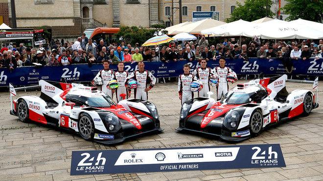 Tým Toyota Gazoo Racing při prezentaci před závodem 24 hodin Le Mans 2016
