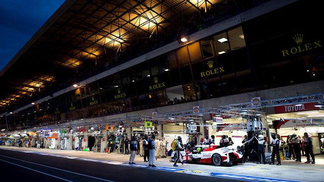 V Le Mans je na práci v boxech fascinující podívaná. Obzvláště v noci.