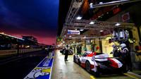 Toyota TS050 Hybrid posádky Mike Conway, Stéphane Sarrazin, Kamui Kobayashi při závodě 24 hodin Le Mans 2016
