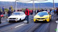Souboj Dacia 1300 a BMW i8 v závodě na 1/4 míle.