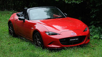 Mazda Roadster Classic Red odkazuje na původní otevřený model.