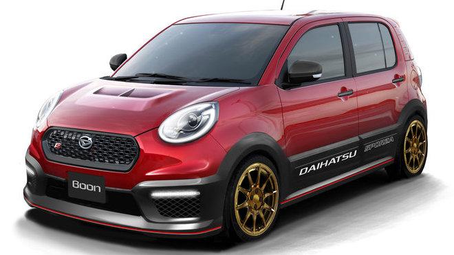 Daihatsu Boon CiLQ Sporza má červený lak a zlatá kola.