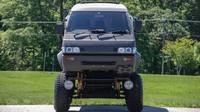 Takhle vypadá nejdivnější monster truck na světě. Stojí za ním Japonci a může být váš - anotační foto