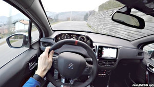 Onboard záběry z Peugeotu 208 GTI na klikatých horských silničkách.