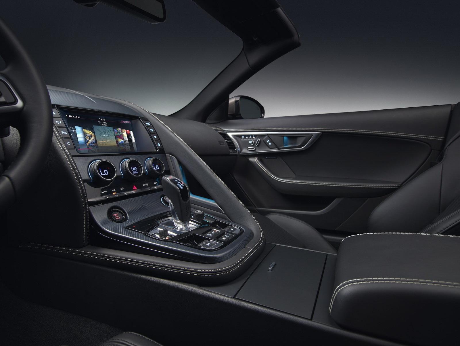 Jaguar F-Type dostal v rámci modernizace lepší interiér a novou verzi 400 Sport.