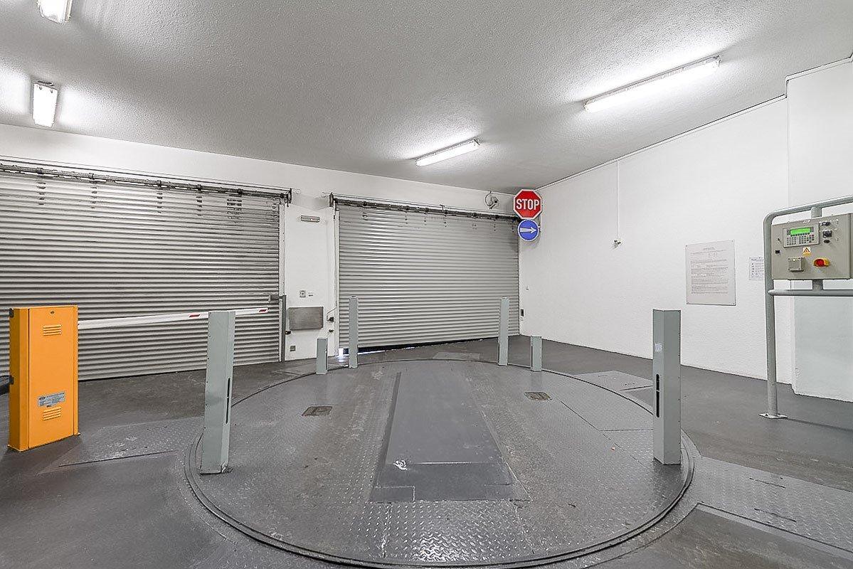 Mechanický zakladač: Uživatel ovládá sám. Najíždí na parkovací místo nebo z něj vyjíždí sám, případně si jej sám přivolá.