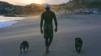 Lewis Hamilton se svými boxery na pláži