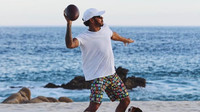 Lewis Hamilton při hře se svými psy na pláži
